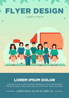 Scholieren poseren voor klasse portret in de klas. tienermeisjes en jongens die uniform dragen, op stoelen in rijen zitten en glimlachen. vector illustratie voor foto, klasgenoten, sjabloon onderwijs folder