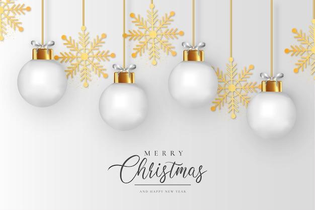Schone prettige kerstdagen en gelukkig nieuwjaar achtergrond met realistische witte kerstballen en gouden sneeuwvlokken