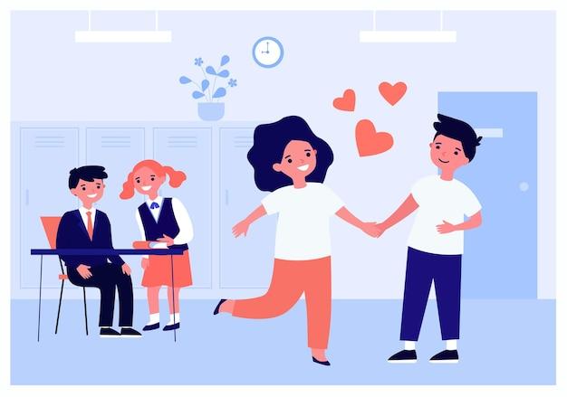 School jongen en meisje verliefd. platte vectorillustratie. gelukkige kleine kinderen hand in hand in de klas terwijl hun klasgenoten achter hun rug fluisteren. eerste school liefde, vriendschap, romantiek concept