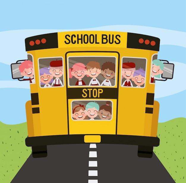 Schoolbus met kinderen op de weg