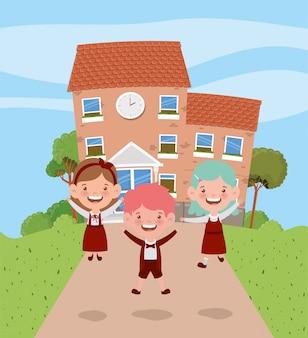 Schoolgebouw met kinderen in de wegscène
