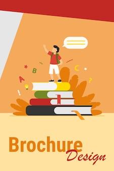 Schooljongen die zich op boeken bevindt, hand opheft en spreekt. leerling lezen huis taak rapport platte vectorillustratie. school, onderwijs, kennisconcept