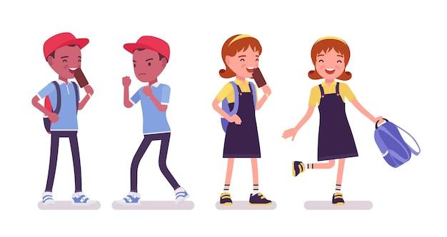 Schooljongen en -meisje hebben plezier, ontspannen boksen. schattige kleine kinderen na de studie, actieve jonge kinderen, slimme basisschoolleerlingen tussen 7 en 9 jaar oud. cartoon vectorillustratie in vlakke stijl