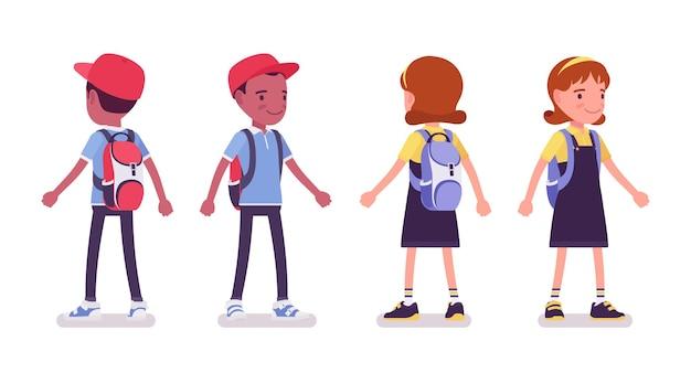 Schooljongen en -meisje in een vrijetijdskleding staand