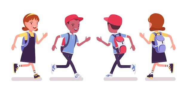 Schooljongen en -meisje in vrijetijdskleding rennen