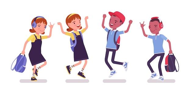 Schooljongen, meisje in vrijetijdskleding springen, dansen