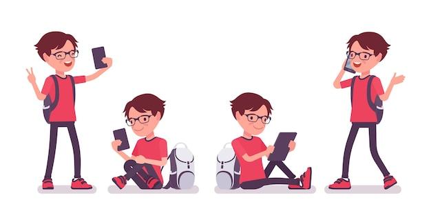 Schooljongen met gadgets, smartphone en tablet. schattige kleine man met een bril met een rugzak, actieve jonge jongen, slimme elementaire leerling tussen 7, 9 jaar oud. cartoon vectorillustratie in vlakke stijl