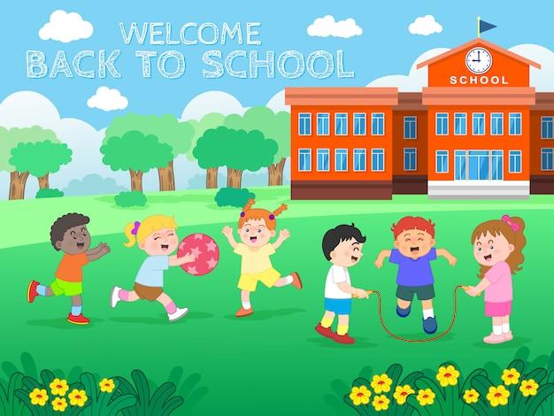 Schooljongens en schoolmeisjeskarakters die uniform dragen en op het gazon van de school spelen