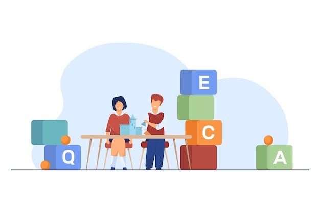 Schoolkinderen die aan bureau met stuk speelgoed kasteel zitten. basisschoolleerlingen, blokken met letters platte vectorillustratie. onderwijs, les, klas