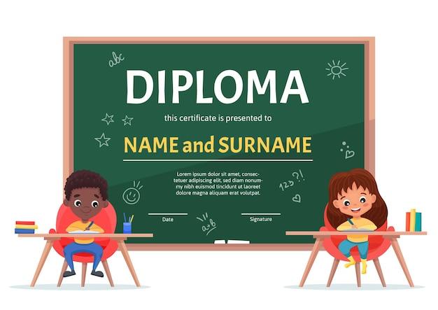 Schoolkinderen diploma certificaatsjabloon met een schattige zwarte jongen en meisje aan de tafel op achtergrond met groene schoolbord en handgetekende doodle schoolelementen. cartoon vlakke afbeelding