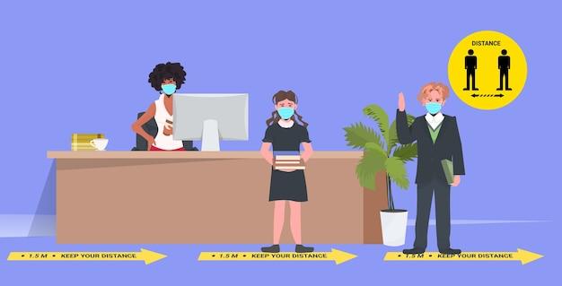 Schoolkinderen in maskers afstand houden om coronavirus pandemie sociaal afstandsconcept horizontaal te voorkomen