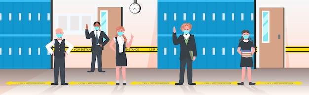 Schoolkinderen in maskers die afstand houden om coronavirus pandemie sociaal afstandsconcept te voorkomen
