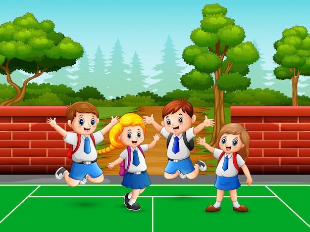 Schoolkinderen op het sportveld