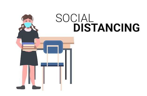 Schoolmeisje draagt gezichtsmasker om coronavirus pandemie sociaal afstand nemen covid-19 quarantaineconcept geïsoleerd horizontaal