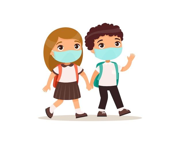 Schoolmeisje en schooljongen die naar school vlakke afbeelding gaan. koppel leerlingen met medische maskers op hun gezicht hand in hand geïsoleerde stripfiguren. twee basisschoolleerlingen