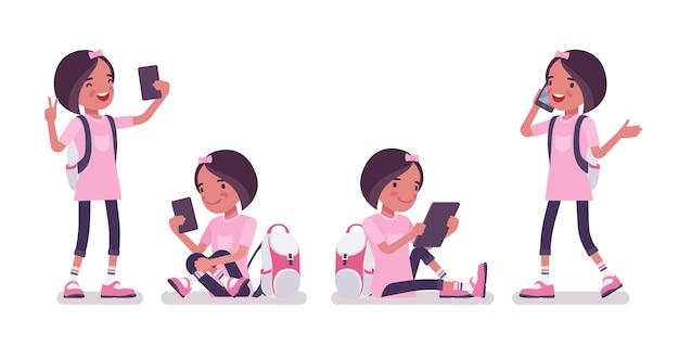 Schoolmeisje met gadgets, smartphone, tablet. schattige kleine dame in roze t-shirt met rugzak, actieve jonge jongen, slimme elementaire leerling tussen 7, 9 jaar oud. cartoon vectorillustratie in vlakke stijl