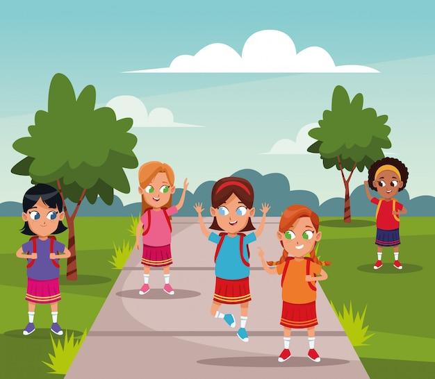 Schoolmeisjes met cartoons van rugzakken