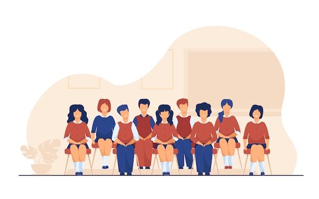 Schoolstudenten die voor klassenportret stellen in klaslokaal