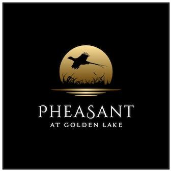 Schoonheid vliegende fazant vogel silhouet bij golden moon sun creek river lake logo ontwerp