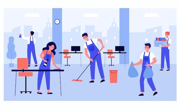 Schoonmaakpersoneelsteam dat in bureau werkt