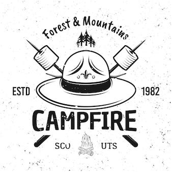 Scout hoed en twee gekruiste stokken met marshmallow vector vintage embleem, label, badge of logo geïsoleerd op een witte achtergrond