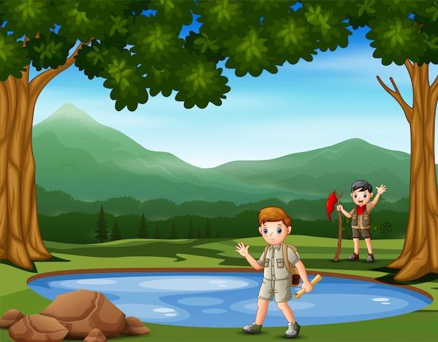 Scout jongens wandelen in de natuur