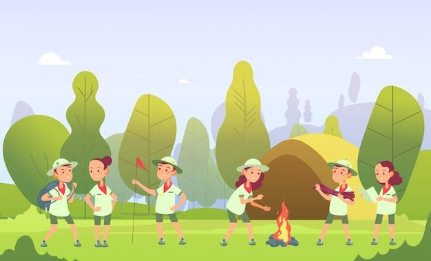 Scouts op de camping. cartoon kinderen bij kampvuur in bos. kinderen beleven een buitenavontuur in de zomer. illustratie