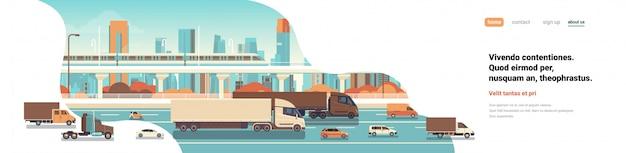 Semi vrachtwagen aanhangwagens rijden snelweg weg auto's vrachtwagen over stad achtergrond levering vracht concept platte kopie ruimte banner vectorillustratie