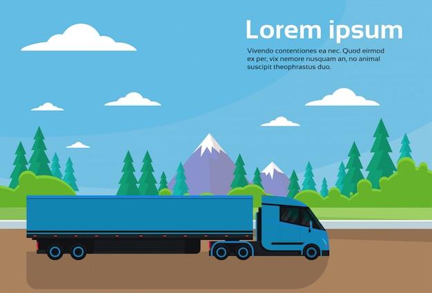 Semi vrachtwagenaanhangwagen drijfweg in platteland over de banner van het bergenlandschap met exemplaarruimte