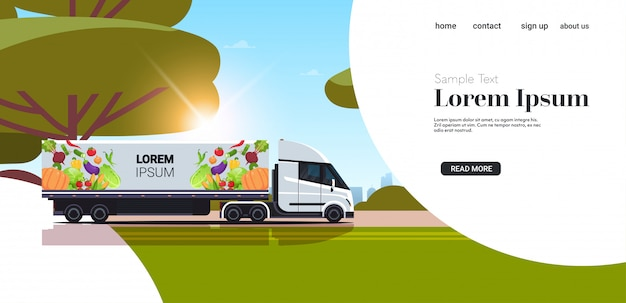 Semi vrachtwagenaanhangwagen met organische groenten op voertuig van de de leveringsdienst van het weg het natuurlijke veganistische landbouwbedrijfvoedsel met verse het landschaps van de achtergrond groentenzonsondergang horizontaal exemplaarruimte
