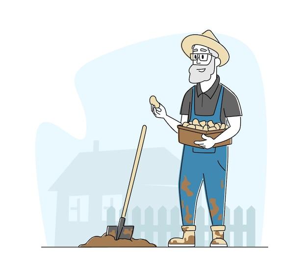 Senior boer mannelijke karakter in werknemer overall werken in de tuin bodem graven en aardappelen planten