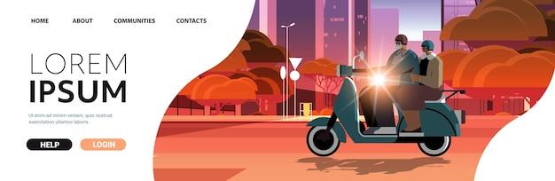 Senior koppel in helmen rijden scooter op straat grootouders in de stad reizen op bromfiets actieve ouderdom concept