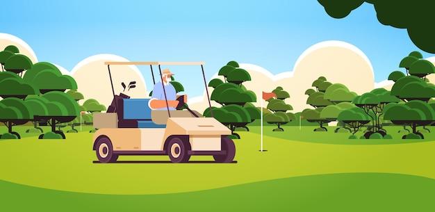 Senior man buggy rijden op golfbaan actieve ouderdom concept horizontaal