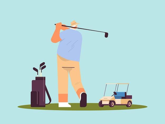 Senior man die een golfspeler speelt die een schot neemt actieve ouderdomsconcept horizontale volledige lengte