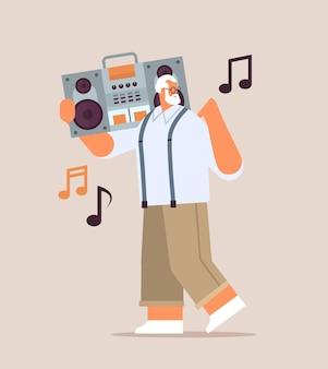 Senior man met bas knippen ghetto blaster recorder luisteren muziek grootvader plezier actieve ouderdom concept volledige lengte vectorillustratie