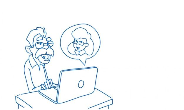 Senior man met behulp van laptop praatjebel online communicatie met vrouw toespraak gesprek schets doodle