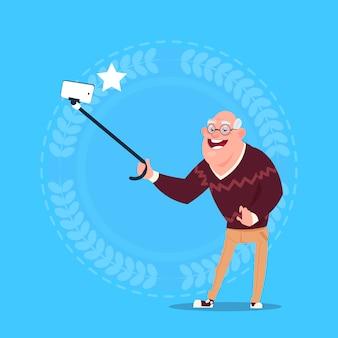 Senior man nemen selfie foto met zelfstok grootvader volledige lengte