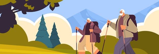 Senior man vrouw wandelaars reizen samen met rugzakken actieve ouderdom fysieke activiteiten concept