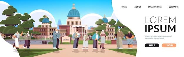 Senior mensen lopen in park volwassen mannen vrouwen groep tijd doorbrengen buiten ouderdom concept