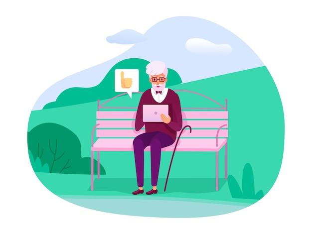 Senior oude man zittend op een bankje in het stadspark buiten en het geven van positieve feedback op sociale media