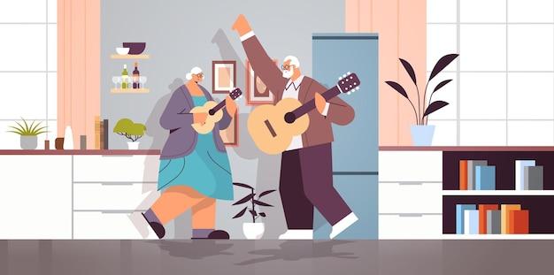 Senior paar gitaar spelen grootouders plezier actieve ouderdom concept huis keuken interieur horizontaal volledige lengte vectorillustratie