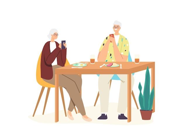 Senior paar mannelijke en vrouwelijke personages aan tafel negeren elkaar chatten op internet. sociale media en gadgetverslaving, probleem met gezinscommunicatie. cartoon mensen vectorillustratie