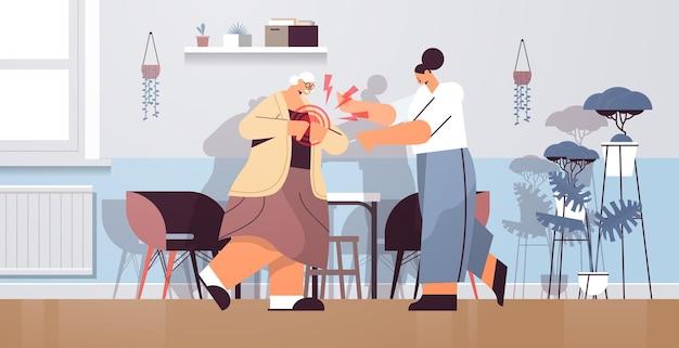 Senior vrouw die lijdt aan hartaanval ontsteking van spieren concept pijnlijk ontstoken gebied gemarkeerd in rode kleur woonkamer interieur horizontale volledige lengte vectorillustratie