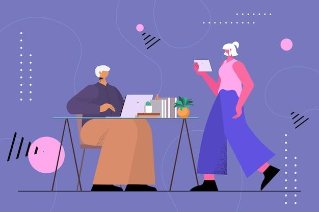Senior zakenlui paar met behulp van digitale gadgets sociale media netwerk online communicatieconcept