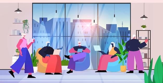 Senior zakenmensen team met behulp van digitale gadgets zakenmensen werken in moderne kantoor horizontale volledige lengte vectorillustratie