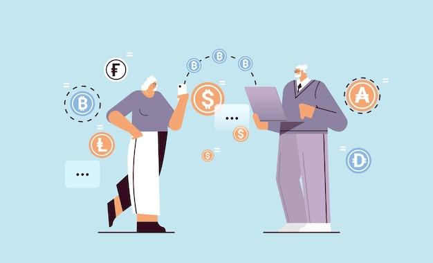 Senior zakenmensen verzenden geld van smartphone naar laptop online overschrijving internetbetaling cryptocurrency blockchain