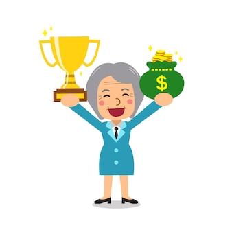 Senior zakenvrouw trofee en geld tas te houden