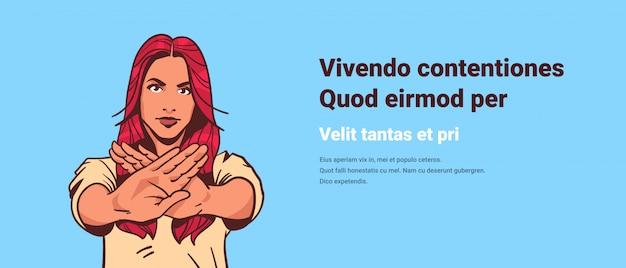 Serieuze vrouw toont stopbord geen palm gebaar popstijl retro-stijl vrouw