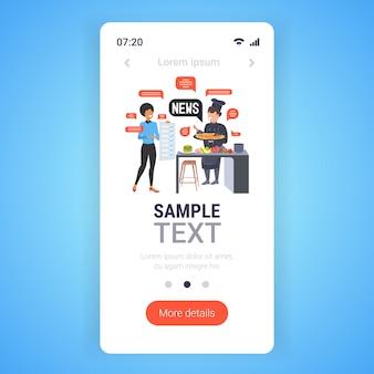 Serveerster en chef-kok bespreken dagelijks nieuws chat bubble communicatieconcept. smartphone-scherm mobiele app-sjabloon