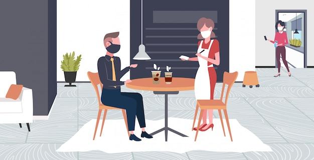Serveerster neemt opdracht van klant in masker om epidemie te voorkomen mers-cov wuhan 2019-ncov pandemie gezondheidsrisico concept café interieur volledige lengte horizontaal